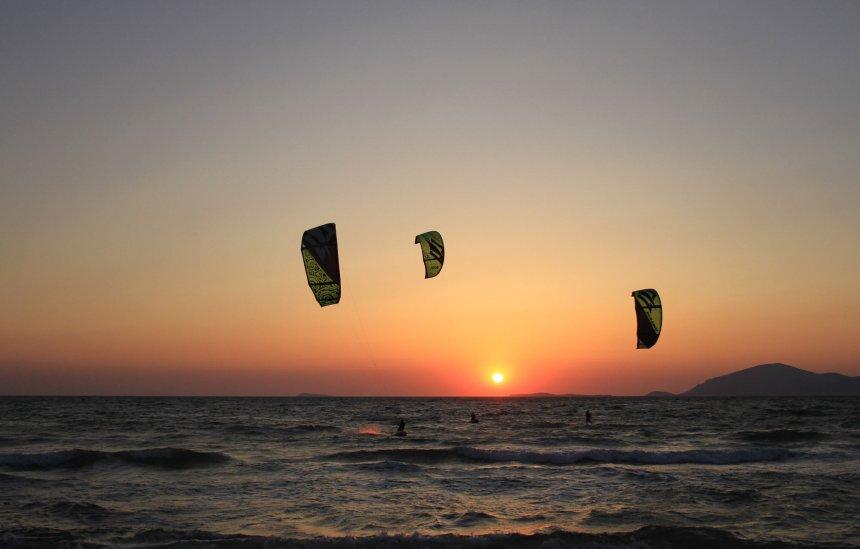 Kiter über dem Meer bei Sonnenuntergang